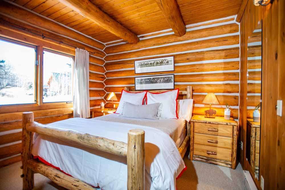 cook-cabin-small-bedroom