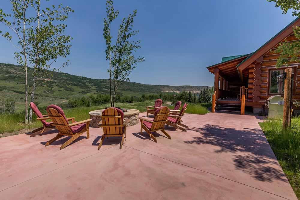 middle-creek-ranch-lodge-exterior-firepit